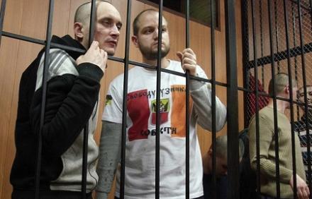 Милиционер-террорист из «клетки» суда угрожает Одессе «людьми на танках»