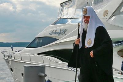 Господина Гундяева в плавках охраняют ФСБ и пограничники