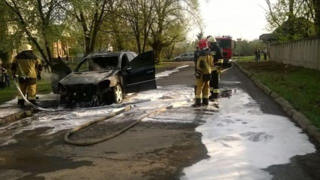 В Ужгороде прямо под окнами полиции, на глазах у прохожих, сожгли авто полковника