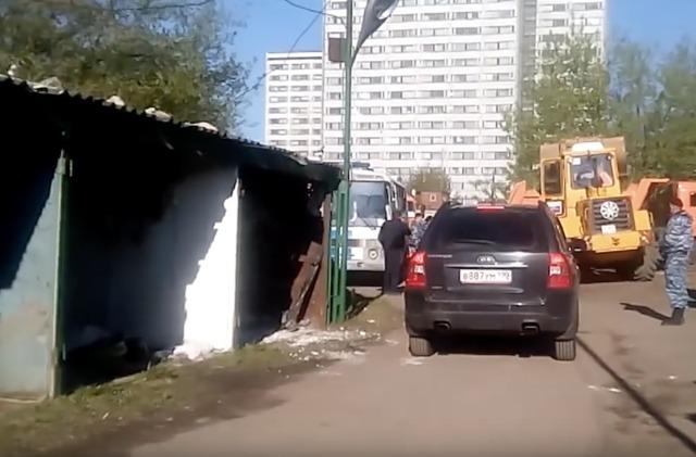 Без предупреждений и судов, зато с ОМОНом и бульдозерами: как московские власти сносят гаражи по всему городу