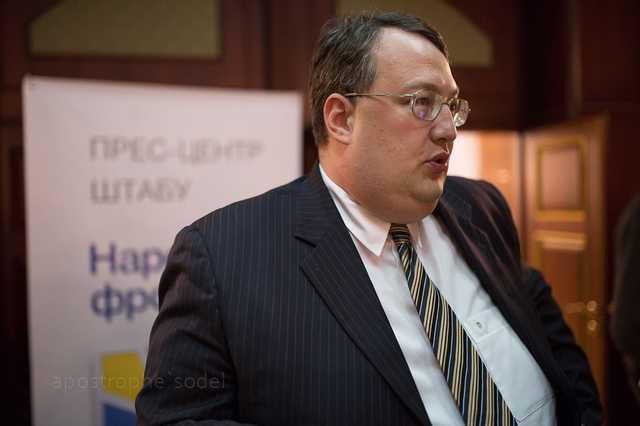 Геращенко: соратник Саакашвили на деньги Курченко купил Bentley, чтобы возить в лагерь дрова и воду
