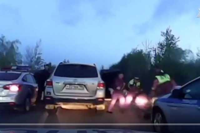 В Сургуте сотрудник ДПС получил условный срок за избиение лежавшего на земле пассажира машины