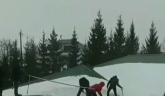 В Татарстане дети чистили снег с крыши школы без страховки