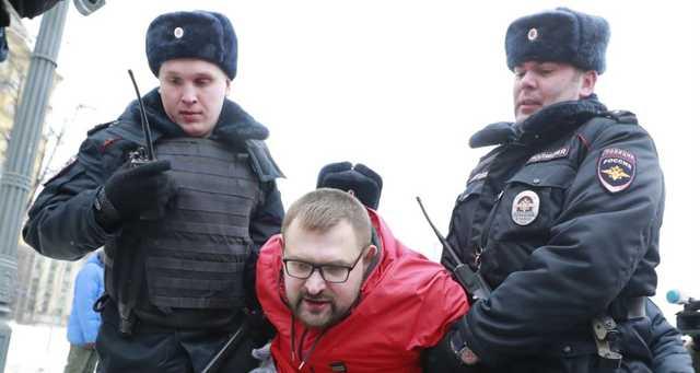 "В Петербурге активиста задержали за надпись ""Путина под трибунал"""